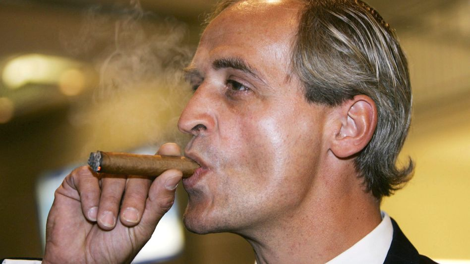 Machte gern auf dicke Zigarre: Florian Homm auf der Hauptversammlung von Borussia Dortmund im November 2004
