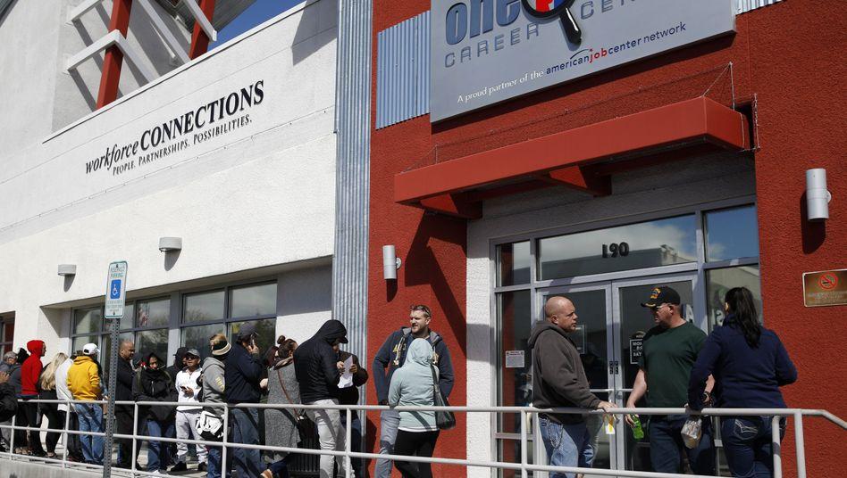 """Wartende vor Jobcenter in Las Vegas: Der Zuschlag zur Arbeitslosenhilfe wird verlängert. Die Demokraten sprechen von """"halbgaren Maßnahmen"""""""