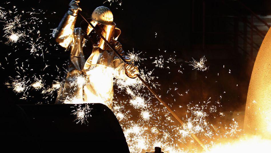 ThyssenKrupp-Mitarbeiter im Stahlwerk: Die Sparte hat zuletzt nicht einmal ihre Kapitalkosten gedeckt