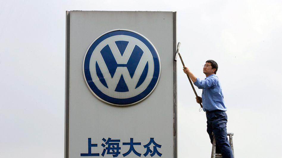 In China verkauft der Volkswagen-Konzern mittlerweile den Großteil seiner Autos, doch auch hier musste Volkswagen im Oktober Federn lassen