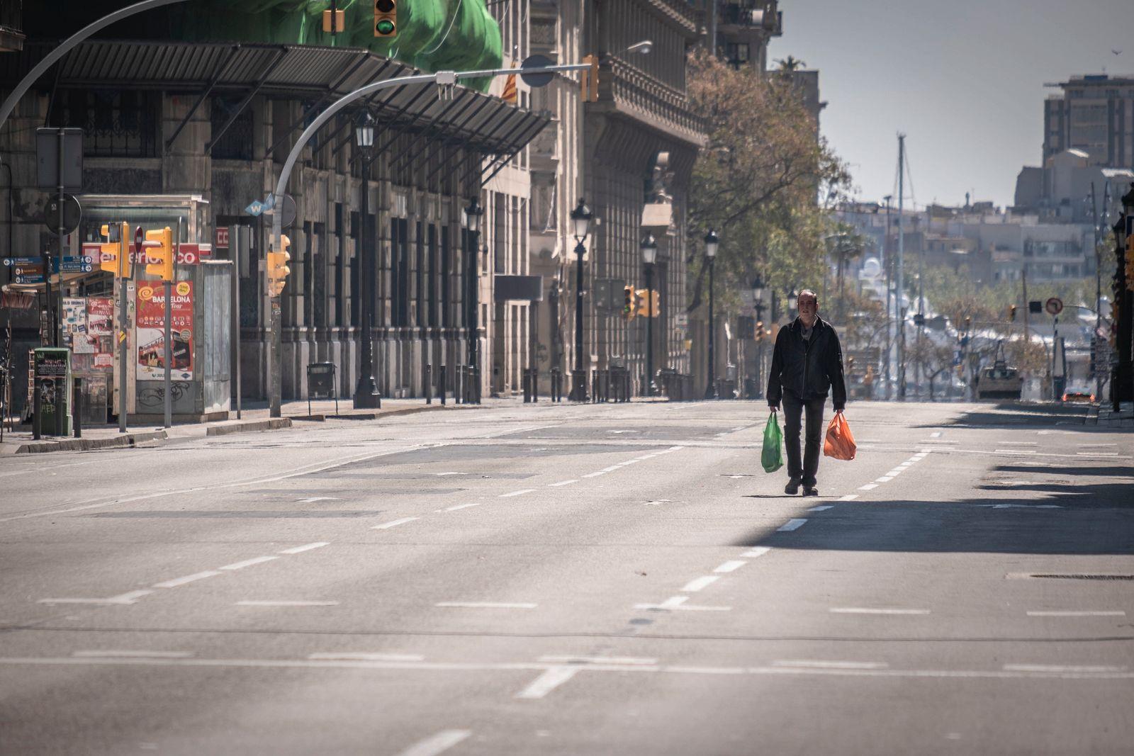 menschenleere Straße / Mann Einkauftüten