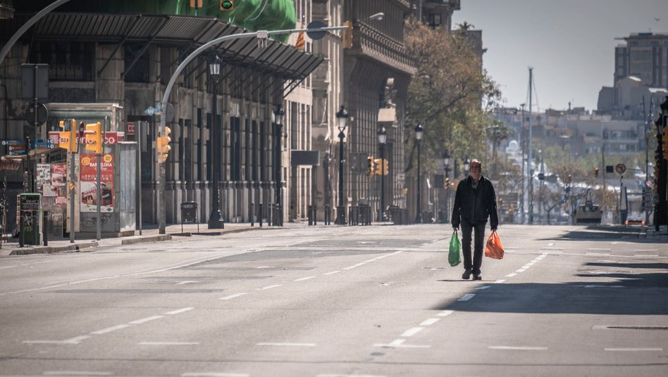 Weitgehend menschenleere Straße in Barcelona