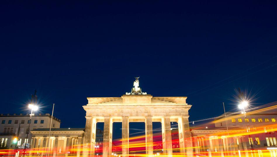 Brandenburger Tor in Berlin: Günstige Perspektive für Deutschlands Wirtschaftsentwicklung entworfen