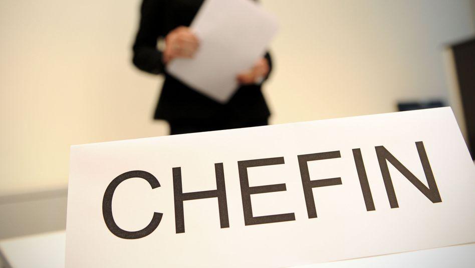 Chef oder Chefin sein? 93 Prozent der Mitarbeiter(innen) und Führungskräfte in Deutschland reizt das nicht mehr. Selbst 40 Prozent der Manager wollen in Zukunft keine Führungsrolle mehr übernehmen