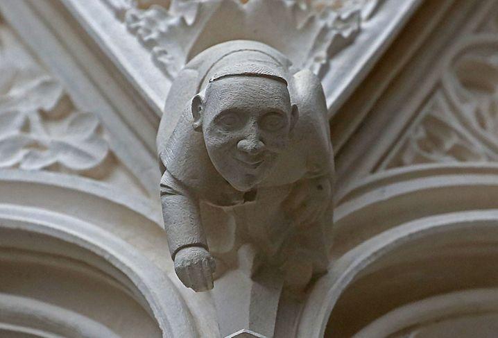Da hängt doch der Papst? Wer am Haupteingang des Kölner Doms genau hinschaut, erkennt das Konterfei des Pontifex.