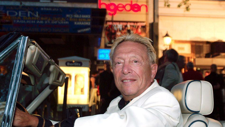 """Rolf Eden vor dem Nachtclub """"Big Eden"""" in Berlin: """"Mein Leben lang habe ich Geld in großen Mengen unter die Leute gebracht, das sollte mich ja wohl für den Posten qualifizieren"""""""