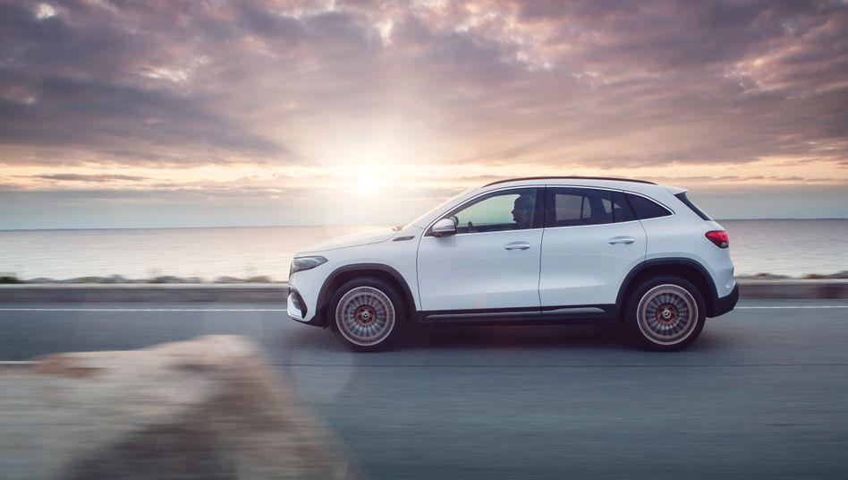 Damit soll die Sonne für den Stern aufgehen: Mit dem kompakten Elektro-SUV EQC verknüpft Mercedes hohe Absatzerwartungen