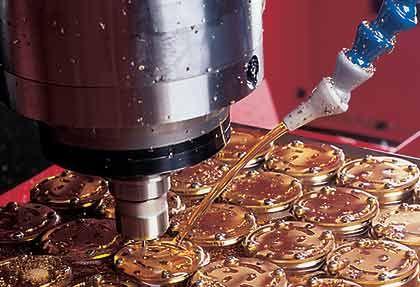 Handarbeit hat seine Grenzen: Moderne CNC-Maschinen fertigen die Werkplatinen von Uhren
