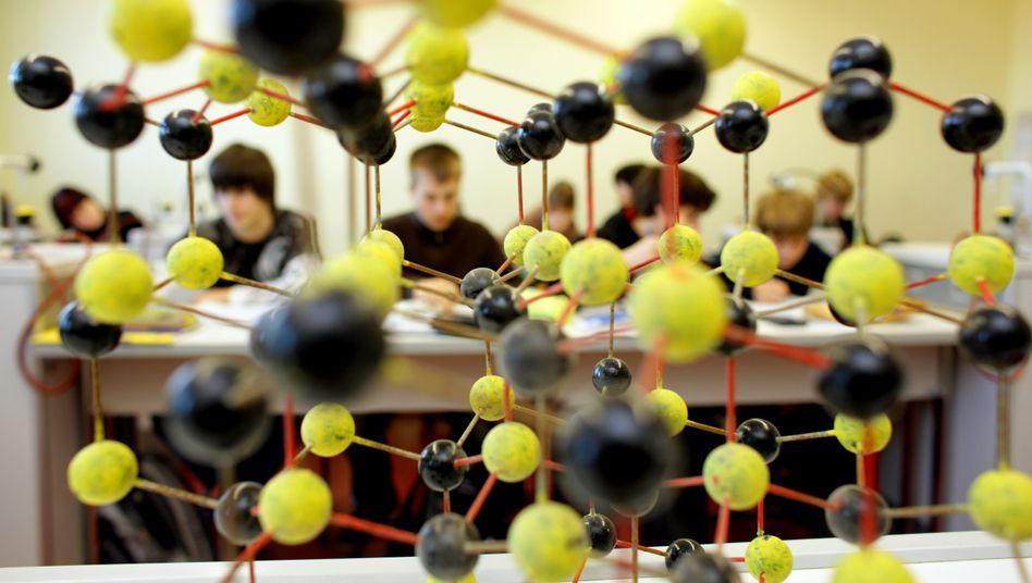 Zehntklässler an Frankfurter Schule: Im Vergleich zum letzten Pisa-Test vor drei Jahren verschlechterten sich die deutschen Schüler allerdings