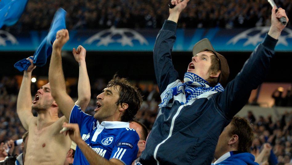 Kann begeistern: Schalkes Raul (Mitte) jubelt mit Fans. Ob auch die geplante Anleihe so gut ankommen wird, muss sich noch erweisen