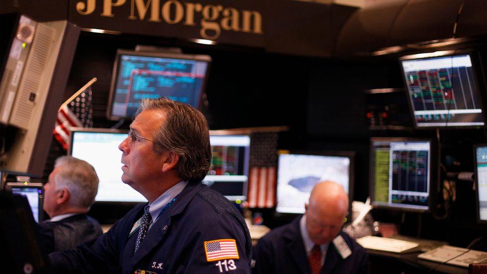 Händler von J.P. Morgan an der New Yorker Börse: Bank-Chef Jamie Dimon muss sich heute der Öffentlichkeit nach einer Reihe von Skandalen und Vorwürfen stellen