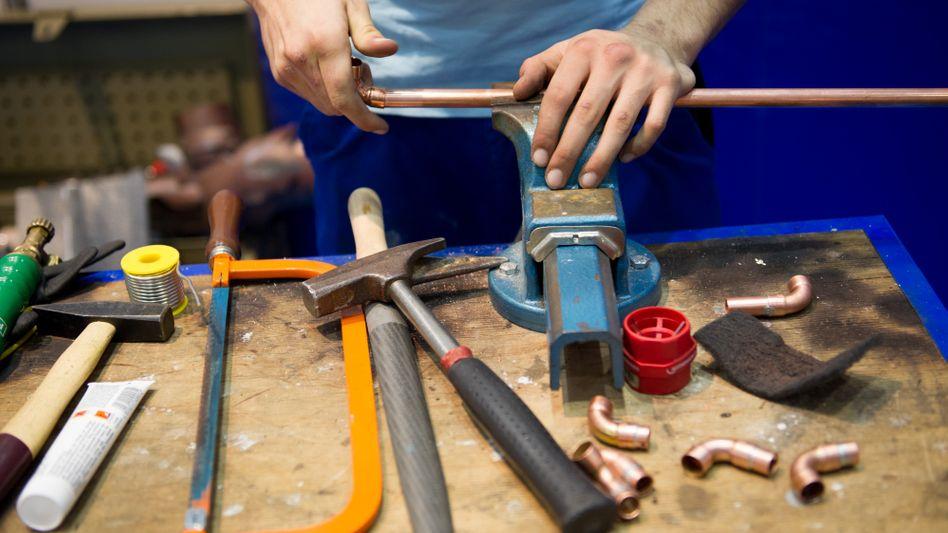 Handwerker bei der Arbeit (Symbolbild)