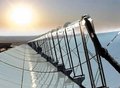 Mitten in der Wüste: Dieses Solarkraftwerk nahe dem US-Spielerparadies Las Vegas soll 15.000 Haushalte mit Strom versorgen. Experten streiten darüber, ob es nicht effektiver wäre, Solaranlagen in heißen Regionen zu konzentrieren