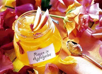 Blumiger Brotaufstrich: Rosenblätter passen schon optisch gut zum Apfelgelee