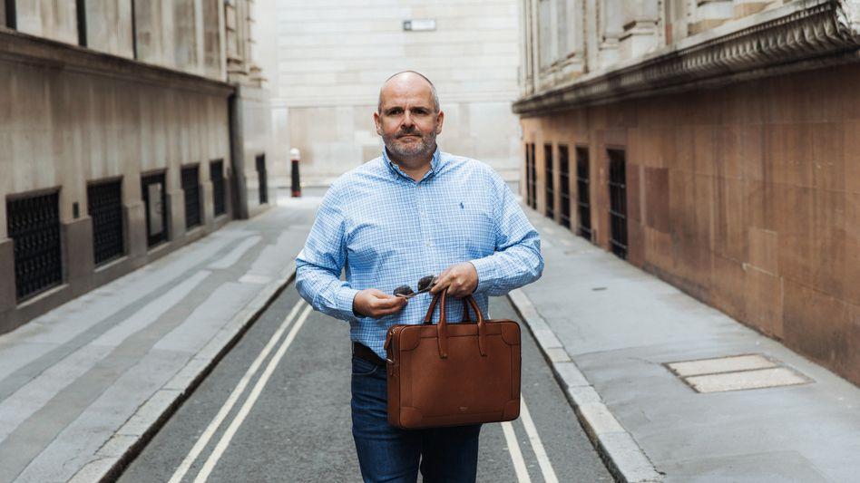 Auf der Jagd: Fraser Perring in der Londoner City. Die Konzerne, bei denen er Bilanzskandale vermutet und gegen die er wettet, findet er meist zufällig - über Tipps von Ex-Mitarbeitern und Investoren.
