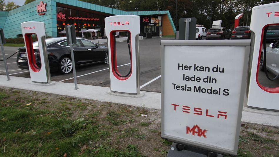 Tesla Supercharger in Norwegen: Nicht nur die Zahl der Autos, auch die Zahl der Beschwerden hat zugenommen