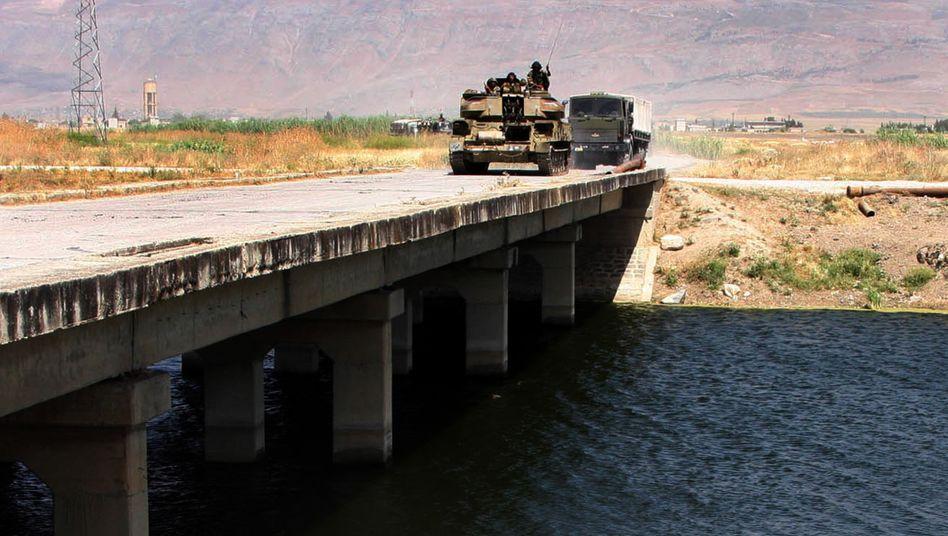 Auf dem Weg nach Dschisr al-Schughur: Panzer der syrischen Armee