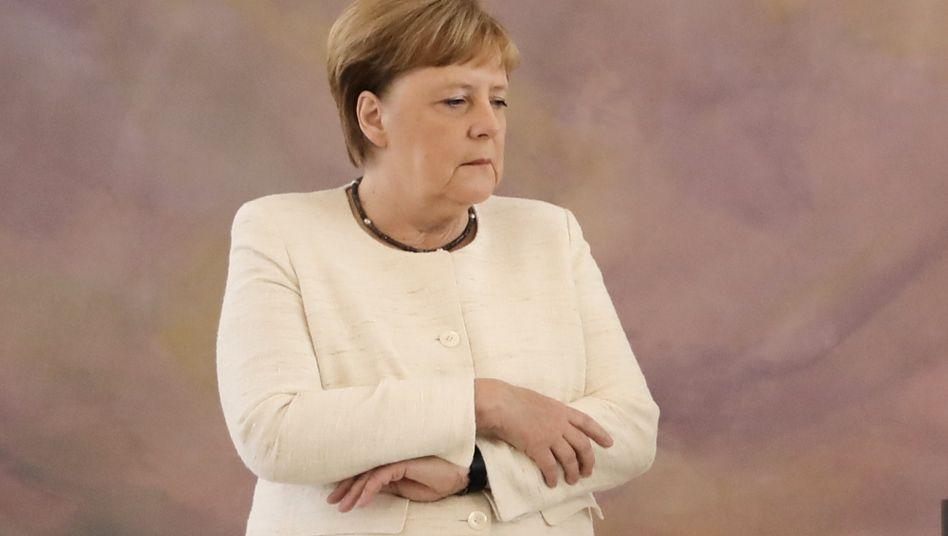 Angela Merkel am 27. Juni im Schloss Bellevue. Nur acht Tage nach ihrem Aufsehen erregenden Schwächeanfall hatte die Bundeskanzlerin die gleichen Probleme wieder gehabt.