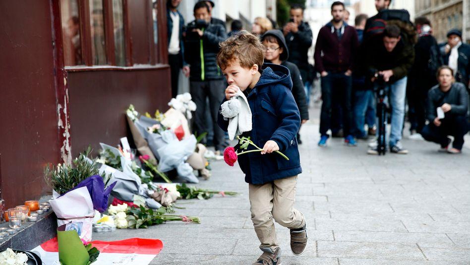 Blumen und Trauer in Paris: Frankreichs Präsident Hollande sprach von einem Krieg des IS gegen die Menschen