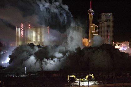 Gewaltige Sprengkraft: Der drohende Immobilien-Crash lastet auf der Börse (Foto: Sprengung des Stardust-Casinos in Las Vegas)