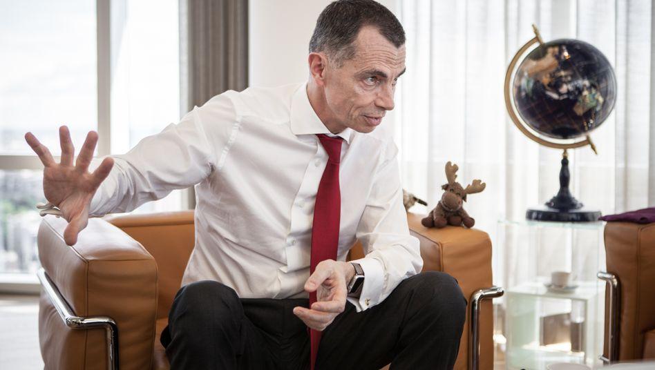 Unicredt-Chef Jean Pierre Mustier bei Gespräch mit Manager Magazin im Frühjahr 2017. An seiner Seite: Das von ihm zum Konzernmaskottchen berufende Stofftier Elkette.