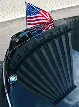 Konflikt der alten Weltmächte: Das Auto des amerikanischen Botschafters am Mittwoch vor der Yukos-Zentrale in Moskau