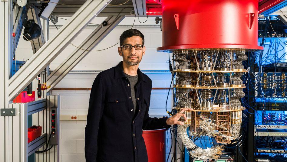 """Im Oktober 2019 vermeldete Google """"Quantenüberlegenheit"""": Google-Chef Sundar Pichai mit einem Quantencomputer"""