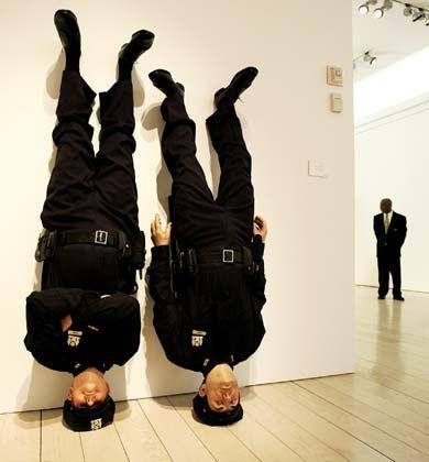 """Spaßvogel: Mit seinen witzig-bissigen Installationen provoziert Maurizio Cattelan. Die einen halten Werke wie """"Frank und Jamie"""" für billige Gags. Die anderen bewundern seine Fantasie. Die Kunstwelt hat der Italiener überzeugt - im Kompass zählt er zu den großen Aufsteigern."""