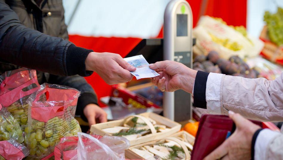 Konsumfreude: Vor allem stabile oder sogar fallende Lebensmittelpreise halten die Inflation in Deutschland klein.