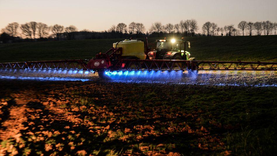 Ein französischer Landwirt versprüht im März 2019 ein Monsanto-Herbizid auf seinen Feldern
