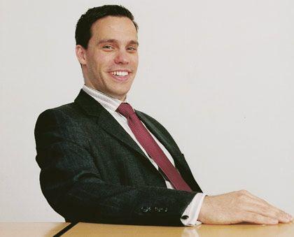 """Kay Schuppe: Frisch gebackener MBA und Manager bei BP Lubricants Europe mit Sitz in Hamburg, reizen neue Erfahrungen. Die gewinnt er auf Fernreisen nach Südostasien, wo er sich gern in Tauchresorts aufhält. Oder bei Besuchen in Spitzenrestaurants, die er mit Freunden als Festessen zelebriert. Seine Anzüge aus englischen Stoffen näht ihm ein Schneider in Bangkok, seine Weine bezieht er aus Südafrika. Gespart wird an der Wohnung. Er sagt: """"Für die Arbeit, die ich mache, will ich mir auch etwas leisten."""""""