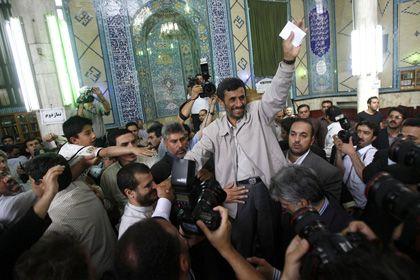 Feierte sich schon vor der Stimmabgabe: Präsident Ahmadinedschad