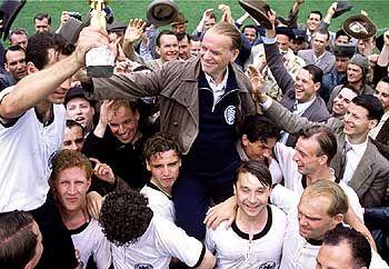 Jubelarie: Bundestrainer Sepp Herberger (Peter Franke) lässt sich nach dem WM-Triumph von seinen Spielern feiern