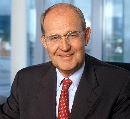 """Ralf Bethke Vorstandsvorsitzender K + S Bezüge 2004*: 0,7 Mio. Euro (MDax-Durchschnitt: 1,6 Mio. Euro) Eigenkapitalrendite nach Eigenkapitalkosten: +13,9% (MDax: -0,9%) Wertschöpfung nach Eigenkapitalkosten: +75,6% (MDax: +12,6%) Bezüge-Platzierung im MDax-Vergleich: Rang 45 """"Pay for Performance""""-Platzierung im MDax-Vergleich: Rang 1 * ohne Aktienoptionen und andere Long Term Incentives"""
