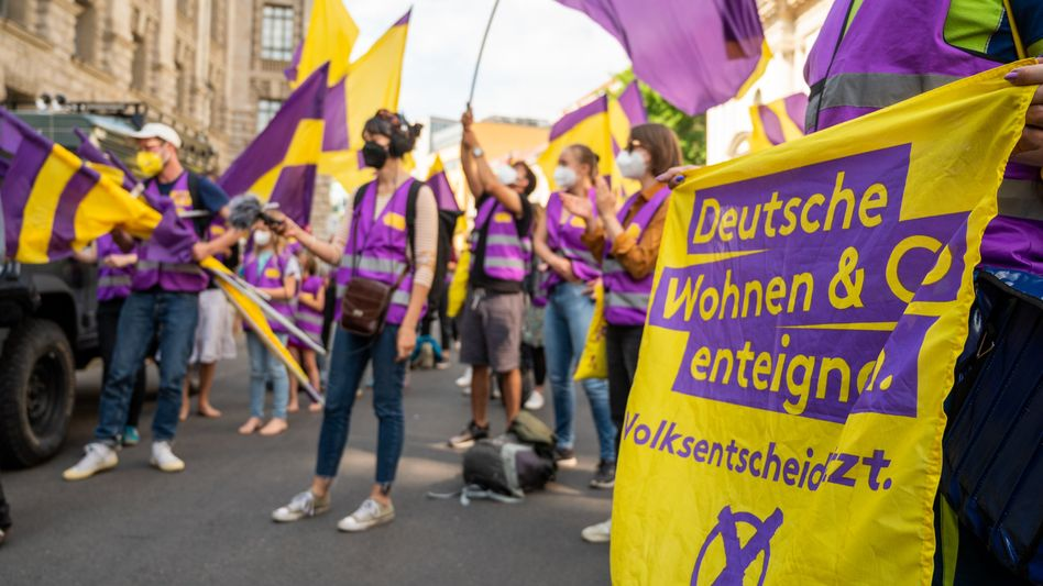 """Unpopulär: Unterstützer der Initiative """"Deutsche Wohnen & Co. enteignen"""" übergeben am 25. Juni dem Berliner Senat mehr als 350.000 Unterschriften"""