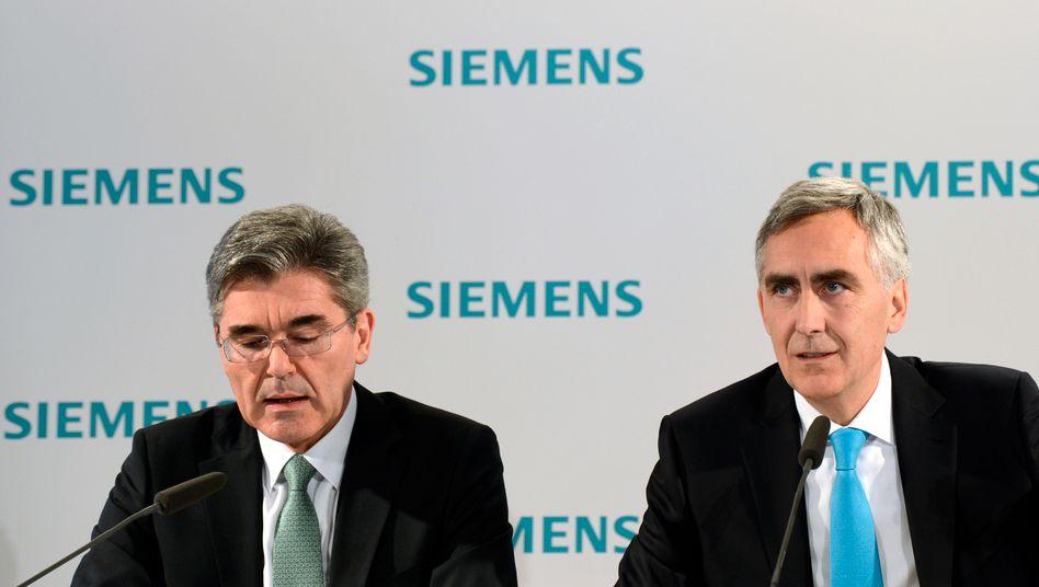 Erklärungsbedarf: Siemens-Chef Peter Löscher (rechts) und sein Finanzchef Joe Käser (links) während der Hauptversammlung in München