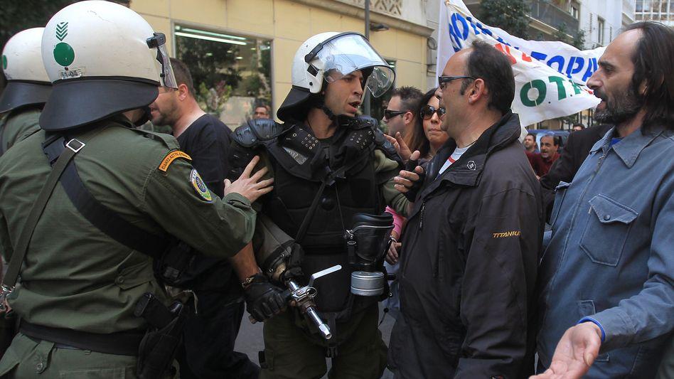 Proteste in Athen: Trotz harter Sparmaßnahmen wachsen die Schulden