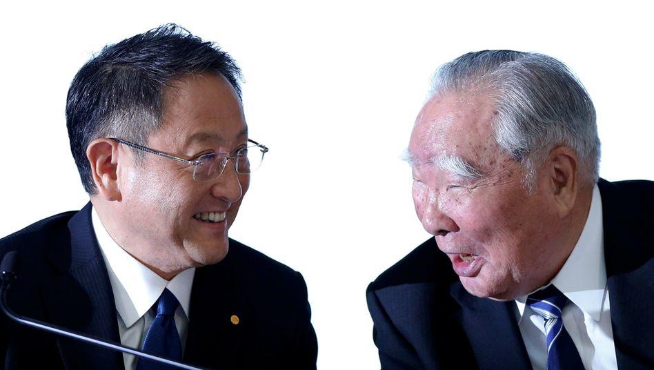 Verstehen sich öffentlich prächtig: Akio Toyoda (l.) und Osamu Suzuki (r.) wollen über Kooperationen sprechen