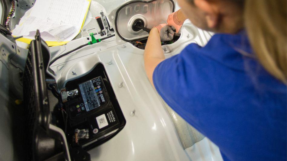 Batterieeinbau in einem Hybrid-Golf: Volkswagen investiert in den möglichen Nachfolger von Lithium-Ionen-Akkus