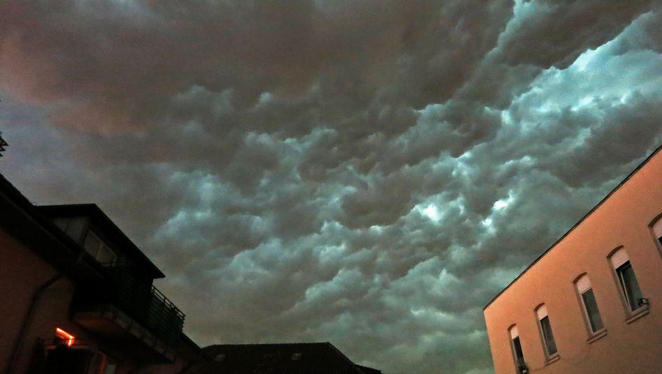 Plötzlich Nacht über Köln: Schwere Unwetter mit Sturm, Hagel und Blitz haben in NRW mindestens fünf Menschenleben gekostet