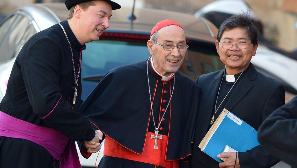 Mit Humor: Der falsche Bischof (l.), dessen Namen die Agenturen mit Ralph Napierski angegeben, begrüßt Kardinal Sergio Sebiastiana vor dem Vatikan. Der Würdenträger quittiert den Auftritt mit einem erhabenen Lächeln.