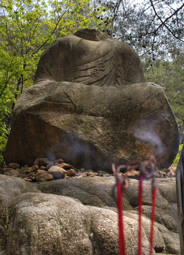Räucherstäbchen zu Füßen eines Kopflosen: Diese 1,60 Meter hohe Buddha-Statue ist im Samneung-Tal an der Westseite des Mount Namsan zu finden.