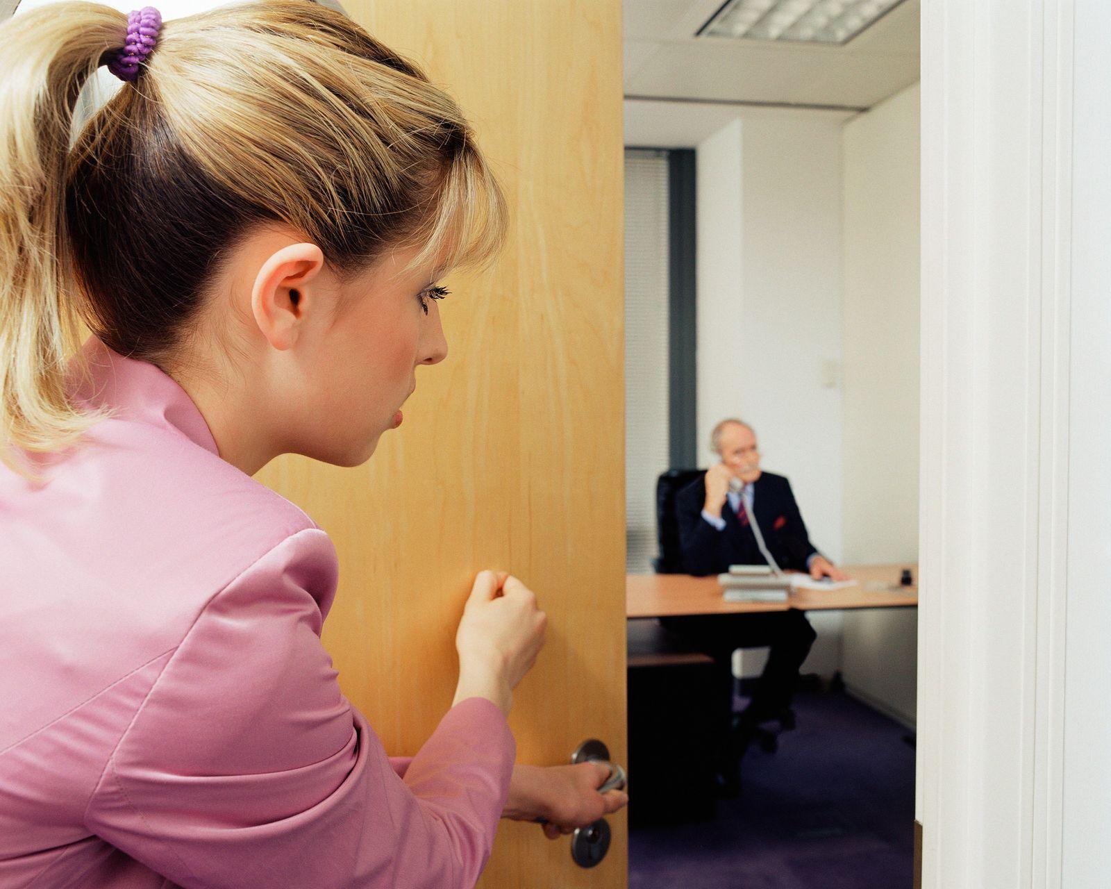 NICHT MEHR VERWENDEN! - Frau Büro anklopfen