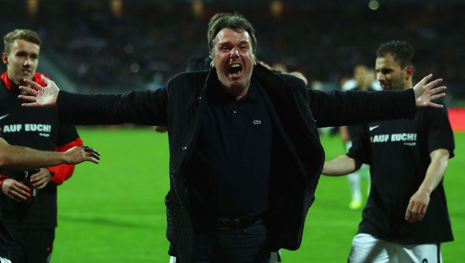 Seid umschlungen: Eintracht Frankfurts scheidender Vorstandschef Heribert Bruchhagen am Montagabend nach dem Sieg seiner Mannschaft in Nürnberg.
