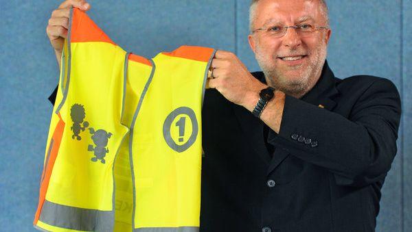 Hat seine Position noch mal neu reflektiert: August Markl, hier in seiner Eigenschaft als Vorsitzender des ADAC Südbayern bei der Präsentation einer Sicherheitsweste für Schüler, will länger Präsident des gesamten Klubs bleiben.