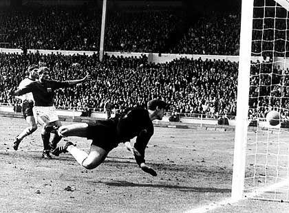 """Das legendäre """"Wembley-Tor"""" von George Hunt (dunkles Trikot) bei der WM 1966."""