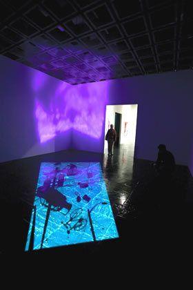 Paul Chan: In Hongkong geboren, ist der junge Künstler inzwischen in New York zu Hause. Seine Installationen leben vom Wechselspiel zwischen Licht und Schatten.