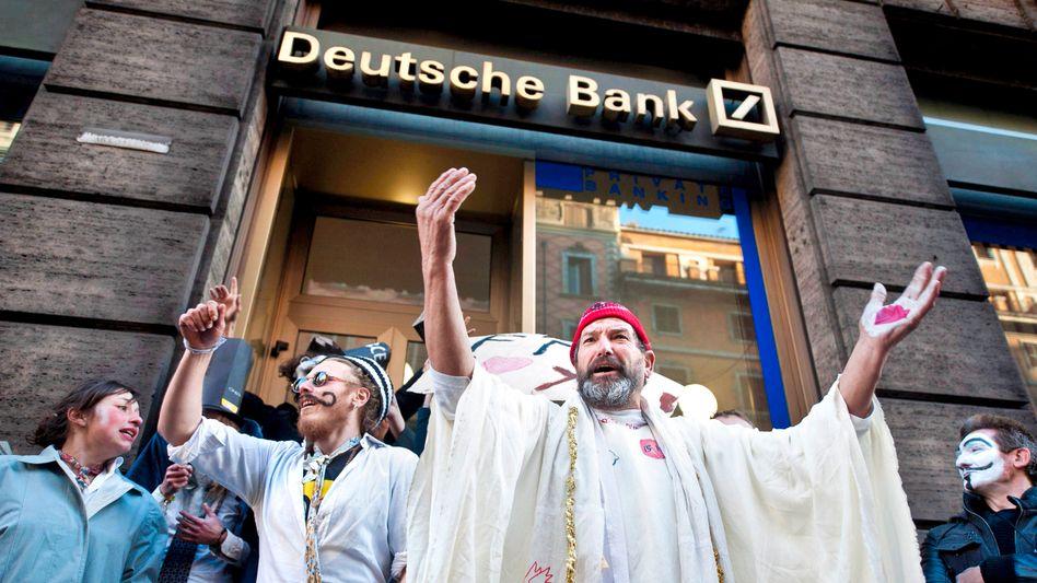 Protest vor der Deutschen Bank in Rom: Der neue Vorstandschef Cryan erwägt offenbar, das zweitgrößte Filialnetz nach dem Heimatmarkt Deutschland deutlich zu straffen