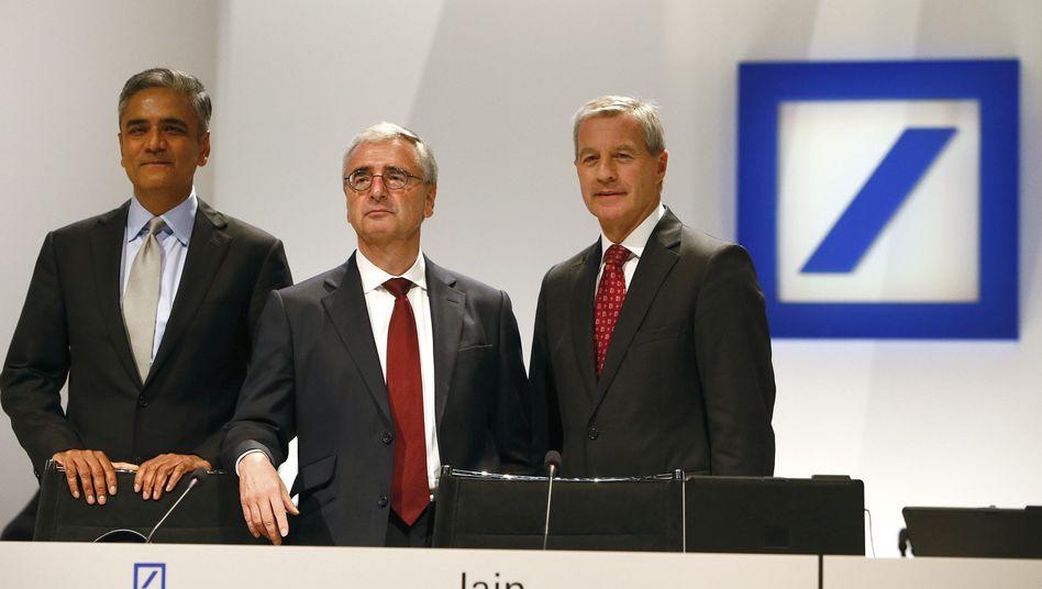 Da war es noch vergleichsweise gemütlich: Die Co-Vorstandschefs Anshu Jain (l.) und Jürgen Fitschen (r.) neben einem lässigen Chefkontrolleur Paul Achleitner vor der Hauptversammlung am 23. Mai 2013 in Frankfurt.