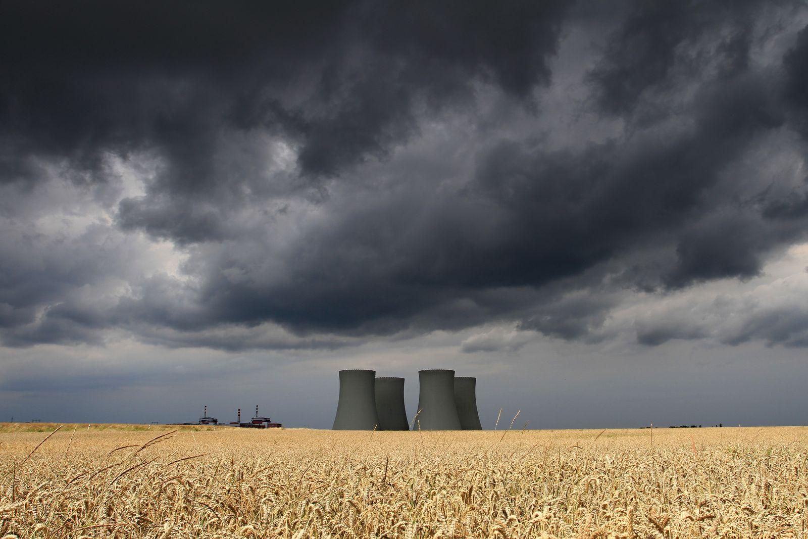Dunkle Wolken / Atomkraftwerk / Kraftwerk